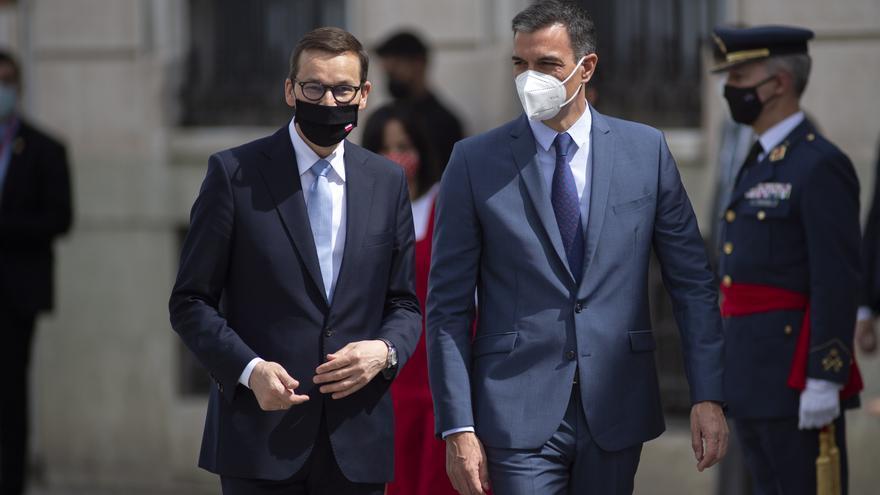 El primer ministro de la República de Polonia, Mateusz Morawiecki (i), recibe al presidente del Gobierno, Pedro Sánchez, a su llegada a la XIII Cumbre hispano-polaca, a 31 de mayo de 2021, en Alcalá de Henares, Madrid (España). Durante esta cumbre, el Eje