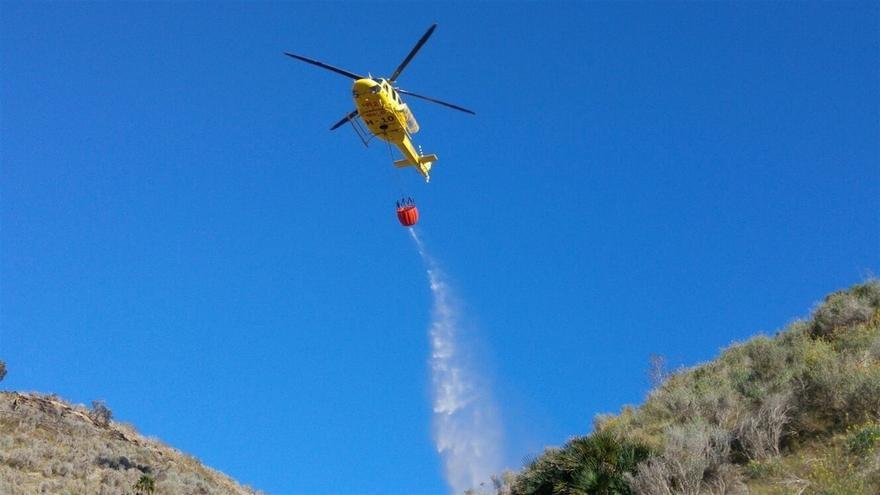 Foto de archivo de uno de los helicópteros de la  campaña contra incendios forestales en Canarias. (Dirección General de Emergencias y Seguridad Ciudadana/Europa Press)