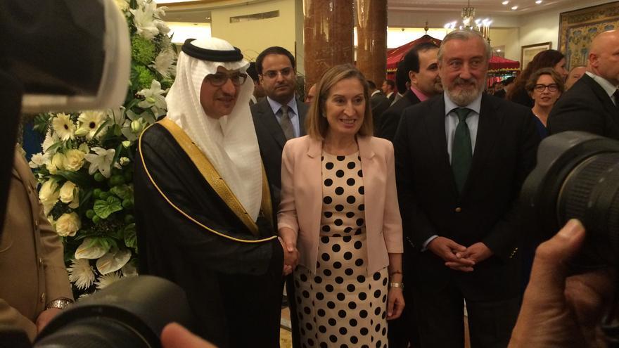 La ministra de Fomento, Ana Pastor, posa junto al embajador de Arabia Saudí en España. / MPB