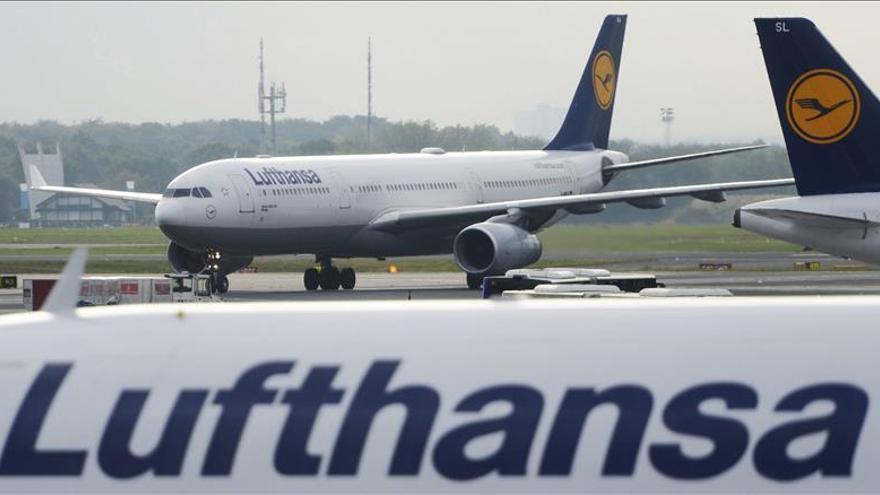 Lufthansa adopta la norma de dos personas en la cabina en aviones del grupo