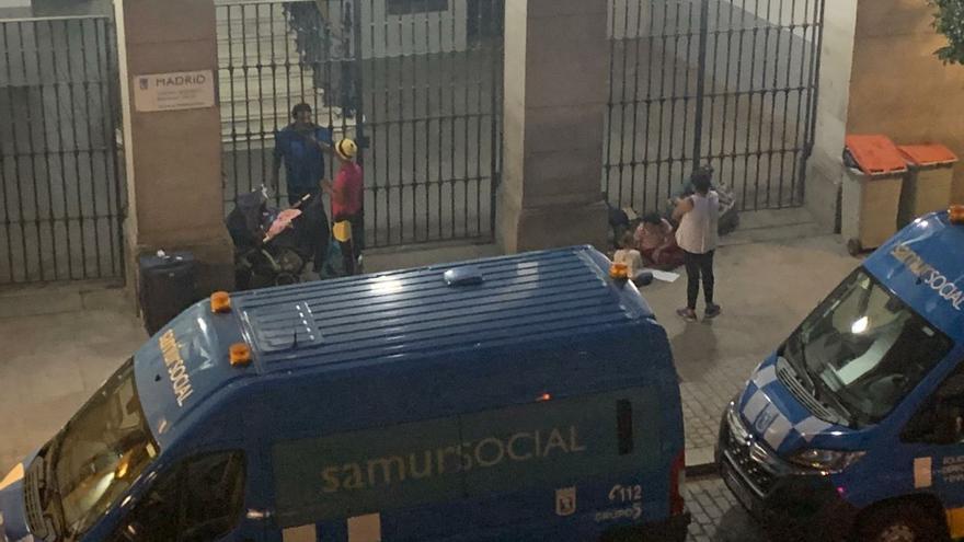 Imagen tomada por una vecina de algunas de las mujeres que permanecían este miércoles ante la verja cerrada del Samur Social.