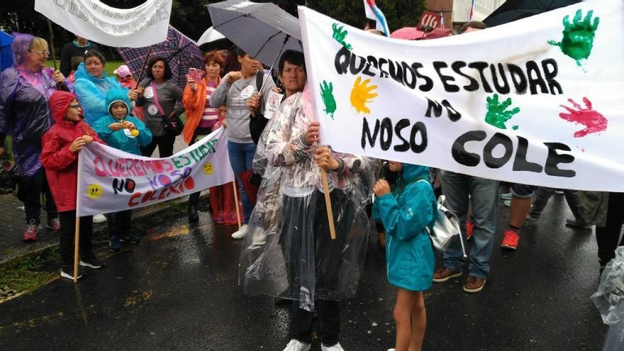 Estudiantes y familias en la protesta contra los cierres de colegios