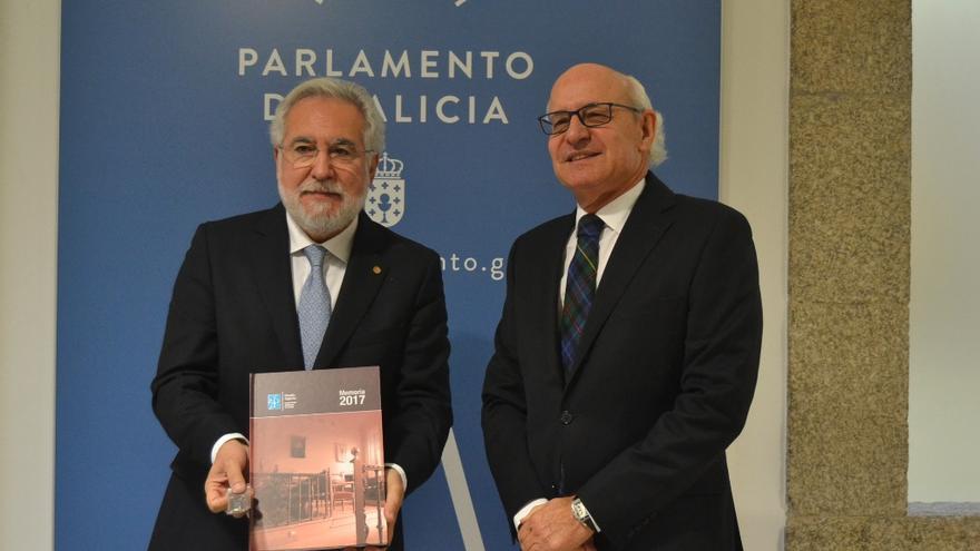 El presidente del Parlamento de Galicia, Miguel Santalices, recibe la memoria anual del fiscal superior de Galicia, Fernando Suanzes