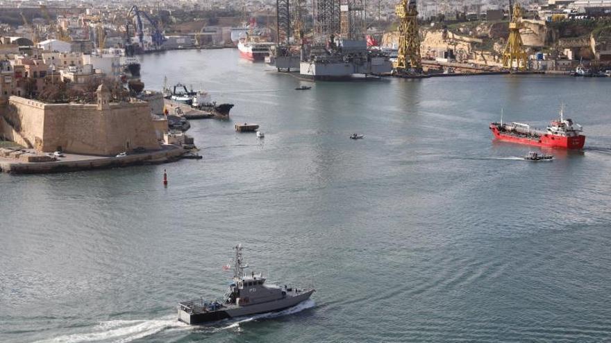 El buque mercante El Hiblu 1 (d) es dirigido hacia puerto este jueves, después de que las Fuezas Armadas de Malta recuperaran su contro