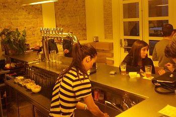 Barra de la 'brewery' Fábrica Maravillas. De espaldas, Tamara, una de las dueñas | Foto: Somos Malasaña