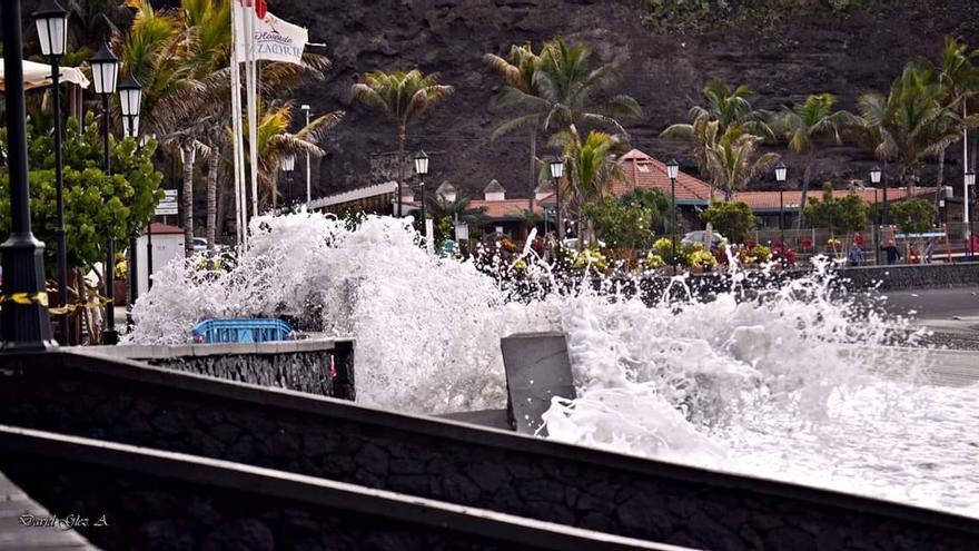 Imagen de archivo de olas batiendo contra el muro del paseo marítimo del barrio del Puerto de Tazcacorte.