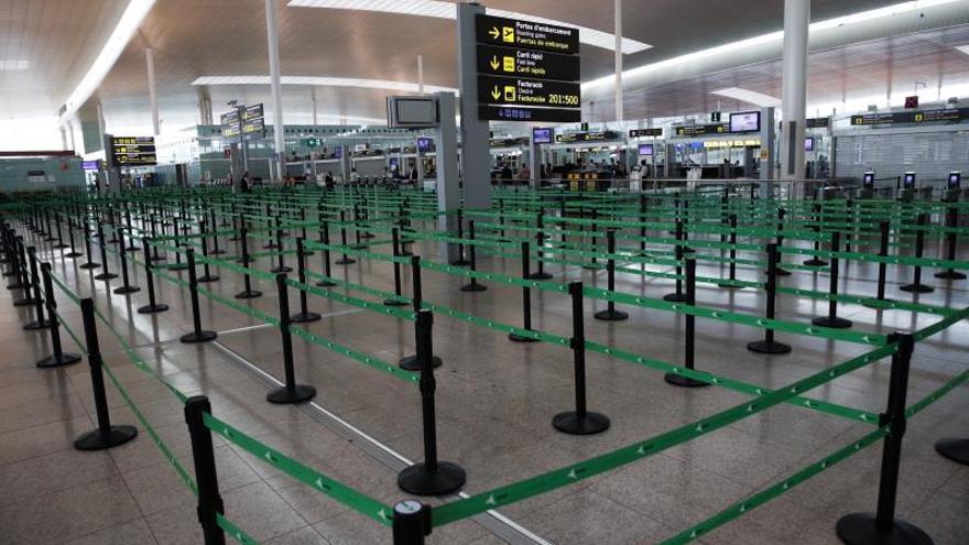 Vista de acceso al control de seguridad del Aeropuerto de El Prat (Barcelona), este miércoles durante la cuarta jornada en estado de alarma por la pandemia de coronavirus.