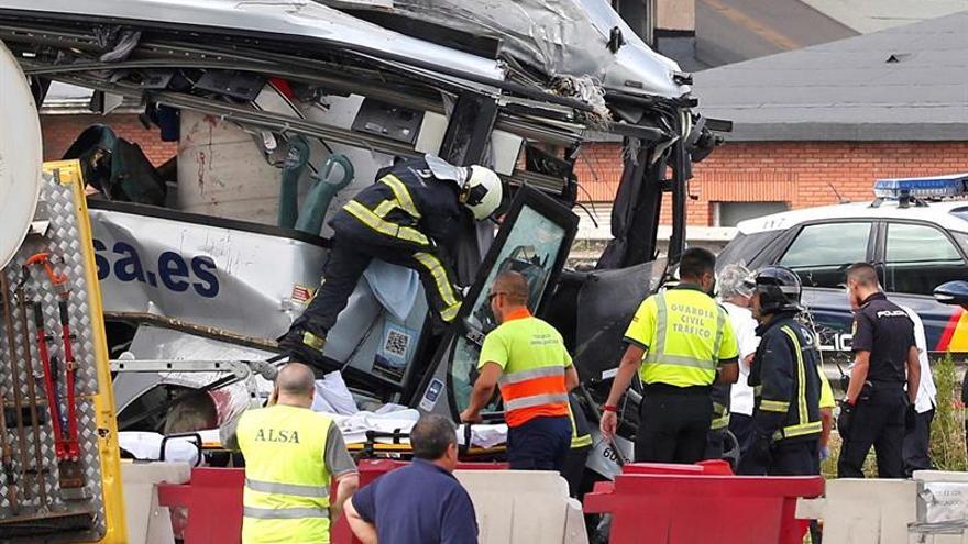 Estado en el que ha quedado el autobús de la compañía Alsa tras la colisión