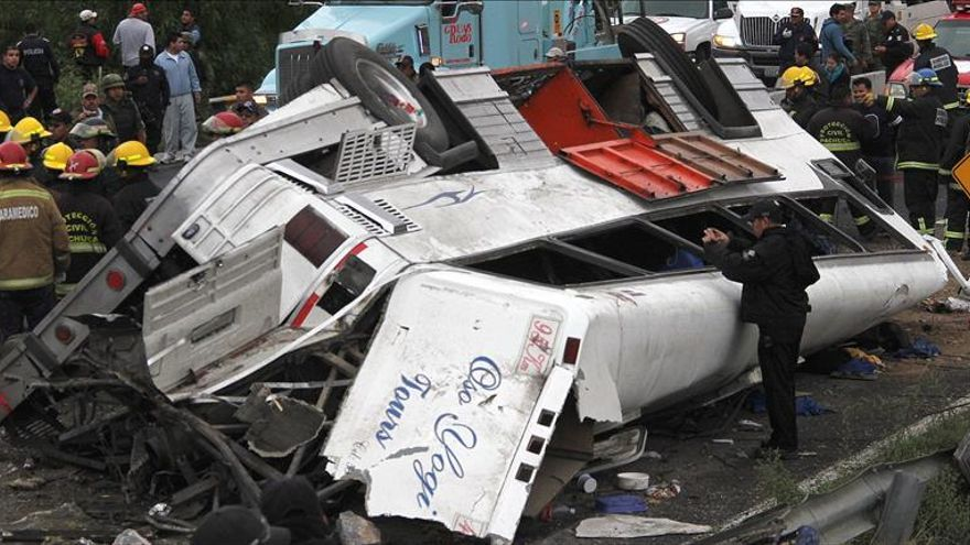 Colisión de autobús y tren causa al menos 20 muertos en México