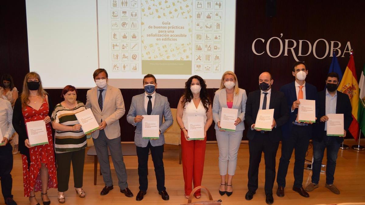 Rocío Ruiz (centro), en la presentación de la Guía de Señalización Accesible en Edificios.