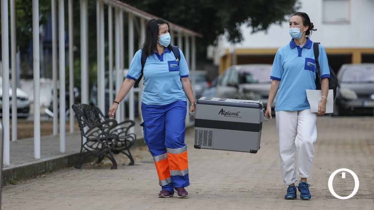 Dos sanitarias transportan vacunas contra la Covid19 en Córdoba