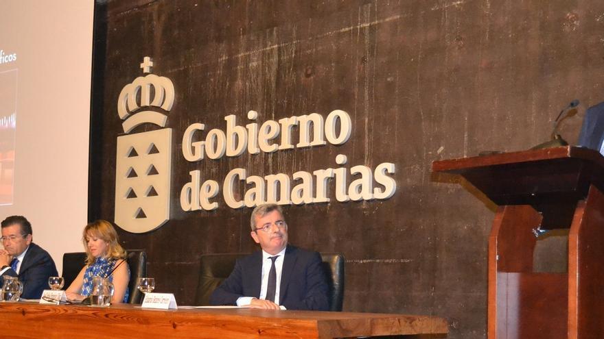 Acto de presentación de la publicación económica de Canarias con cuadros y gráficos