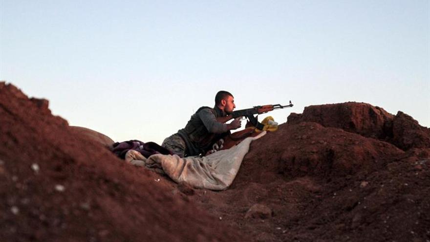 Milicias kurdas y árabes ganan terreno frente al EI al este de Al Raqa
