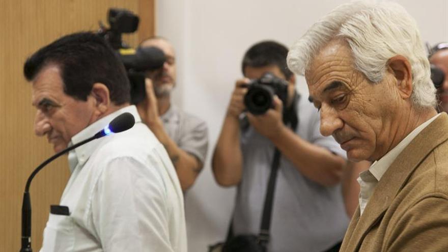 Los dos hermanos acusados de maltratar de los ancianos de la residencia Trinidad, en Las Palmas de Gran Canaria. (EFE/ Ángel Medina G.)