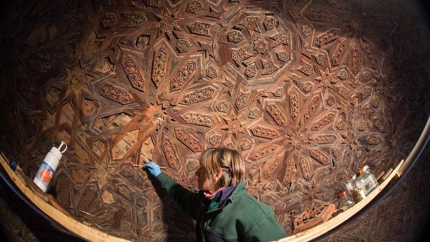 Hallados nuevos dibujos nazaríes ocultos en las maderas del Templete oeste del Patio de los Leones