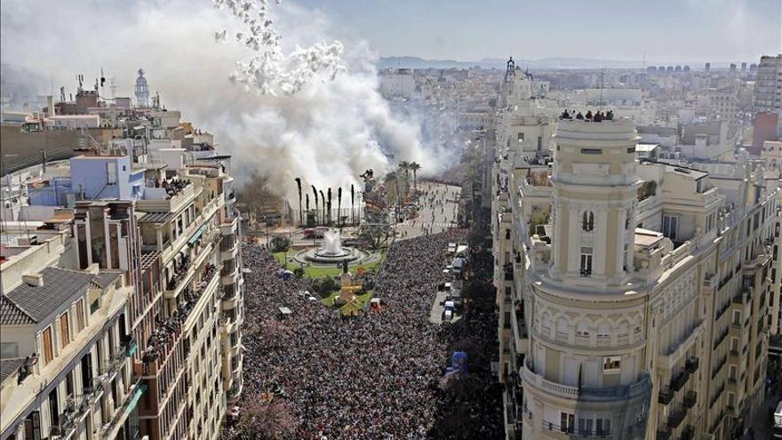 Una marea soleada de visitantes invade Valencia para inmortalizar sus fallas