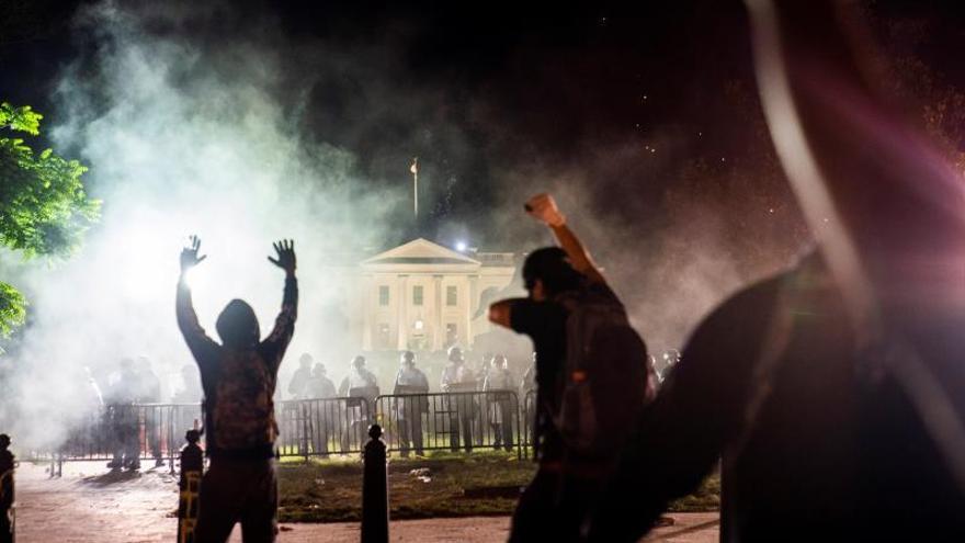 Con fuegos, los manifestantes desafían el toque de queda en Washington