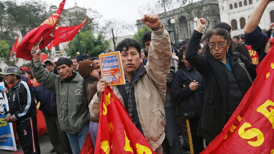 Maestros se enfrentan a la policía peruana en cercanías de la sede de la cumbre ASPA