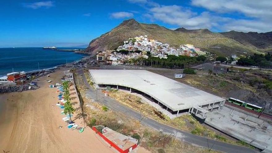 Playa de Las Teresitas, con el mamotreto, pendiente de ser derribado