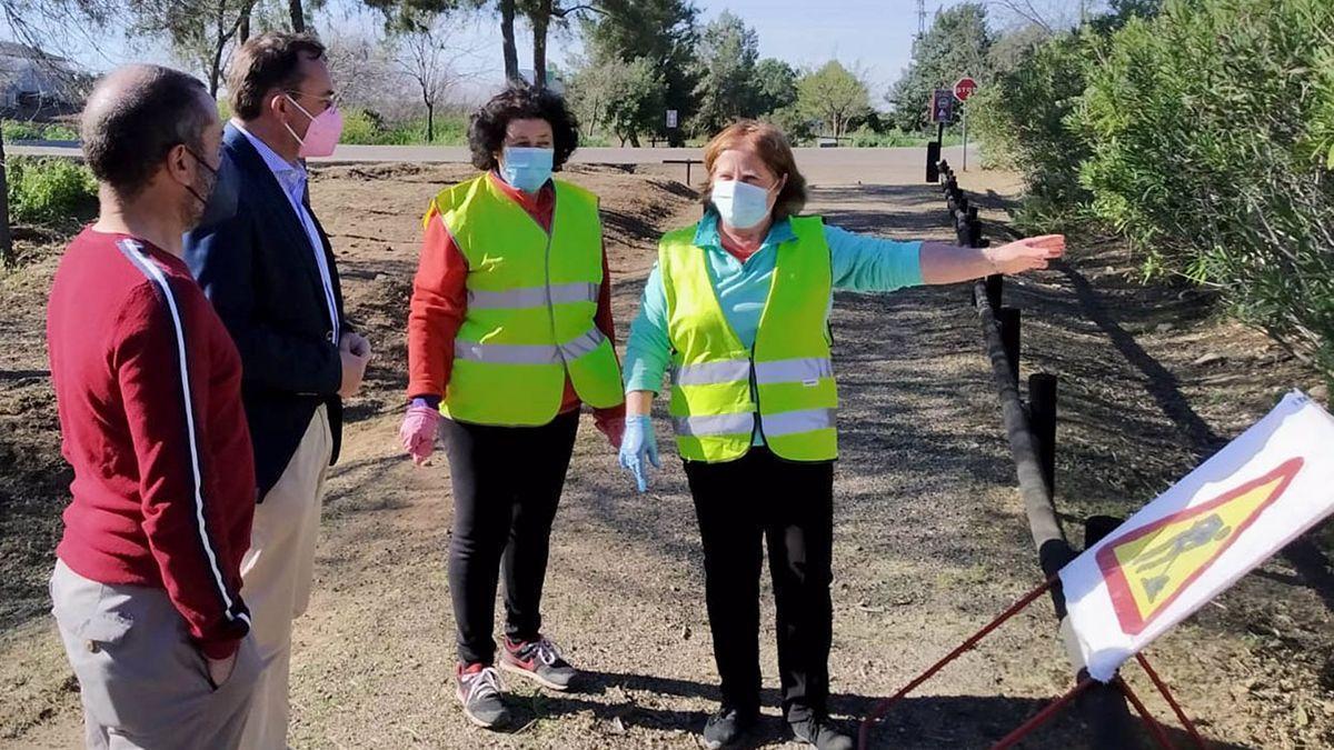 El delegado de Medio Natural y Carreteras, Francisco Palomares (segundo por la izda.), visita la Vía Verde de la Campiña.