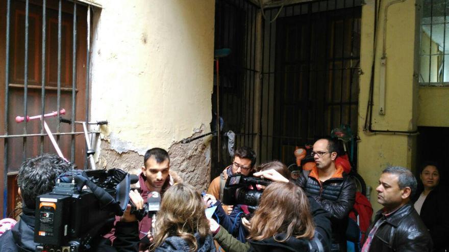 Salman Muhammad atén els mitjans al pati de la finca del carrer Hospital 116