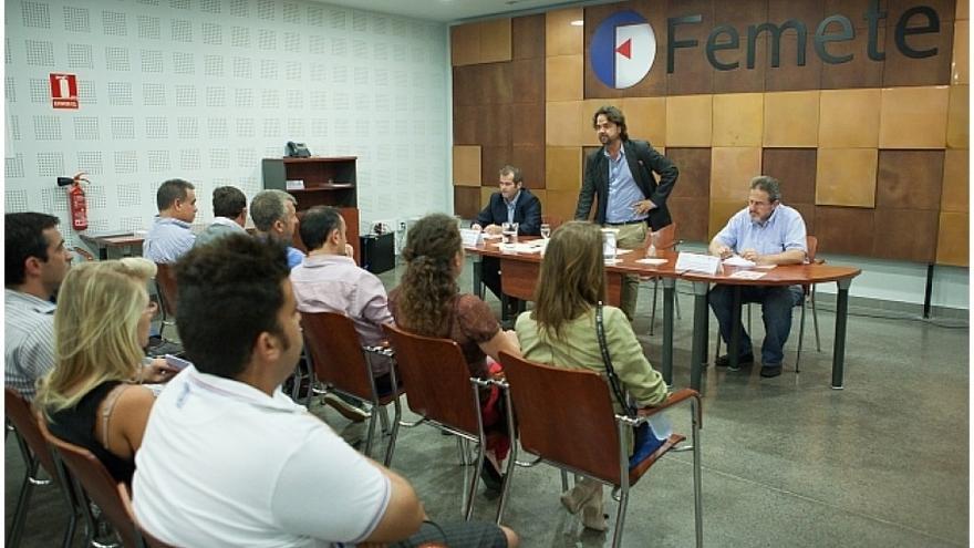 Imagen de archivo con Francisco Hernández, ex jefe del Servicio de Sostenibilidad en el Cabildo tinerfeño (en la mesa, a la derecha).