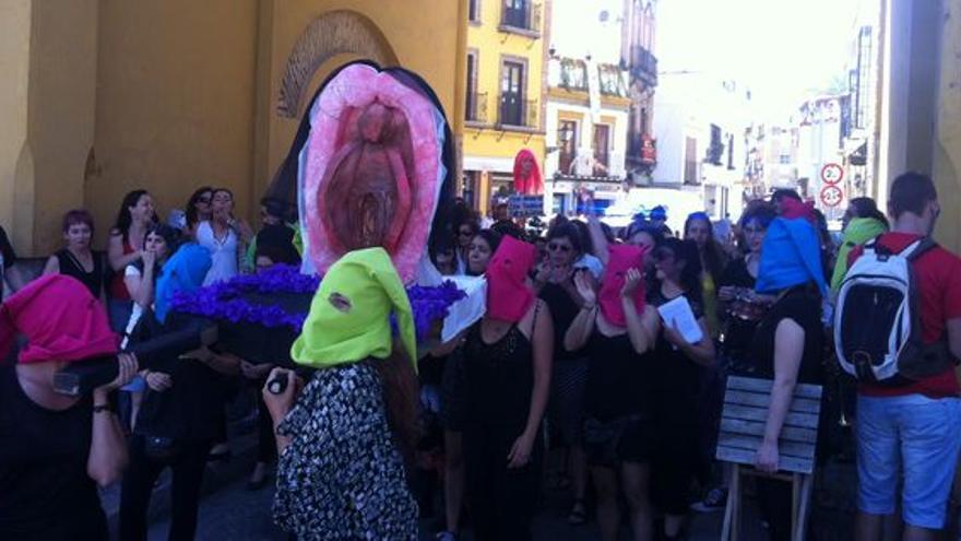 La marcha, el 1 de mayo de 2014, ante el arco junto a la Iglesia de la Macarena de Sevilla