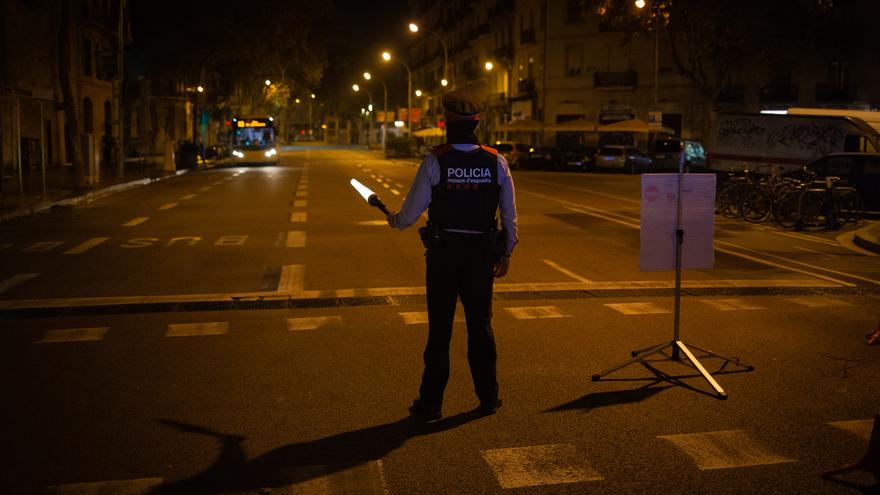 Archivo - Un mosso d'Esquadra colabora en un control durante el toque de queda impuesto por la crisis sanitaria del Covid-19 desde las 22.00 horas a las 6.00 del día siguiente, en Barcelona, Catalunya, (España), a 6 de noviembre de 2020