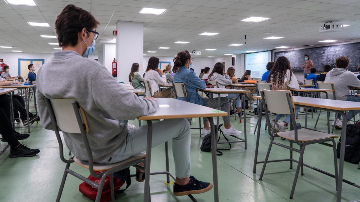 Archivo - Alumnos en un aula con medidas Covid