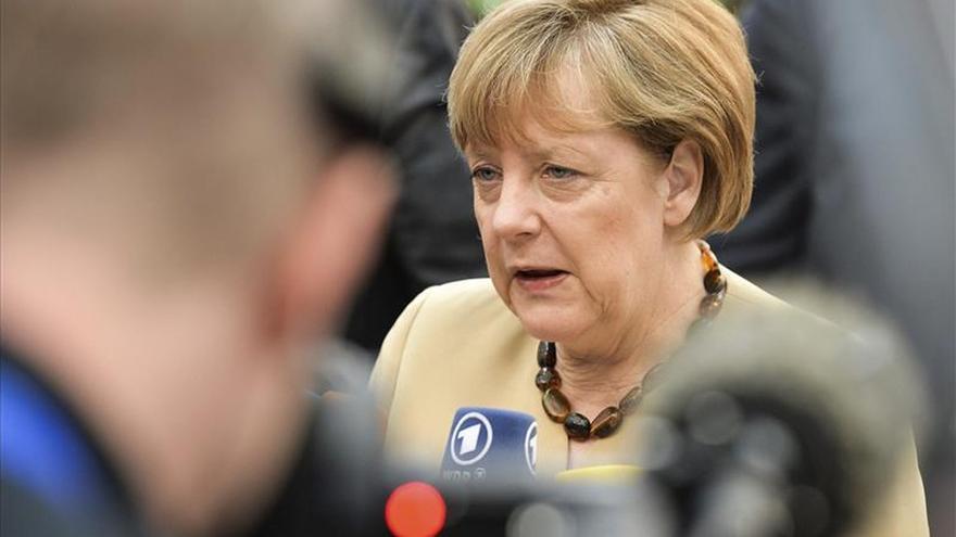 """Merkel defiende negociar con Grecia """"mientras haya voluntad por ambas partes"""""""