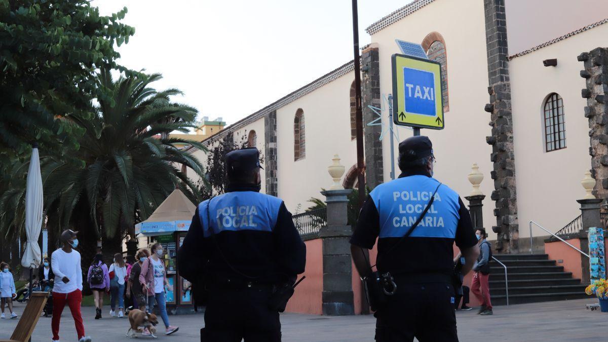 Dos agentes de Policía Local patrullan las calles de La Laguna