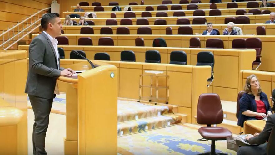 El senador de Compromís Carles Mulet interviene ante un Senado prácticamente vacío