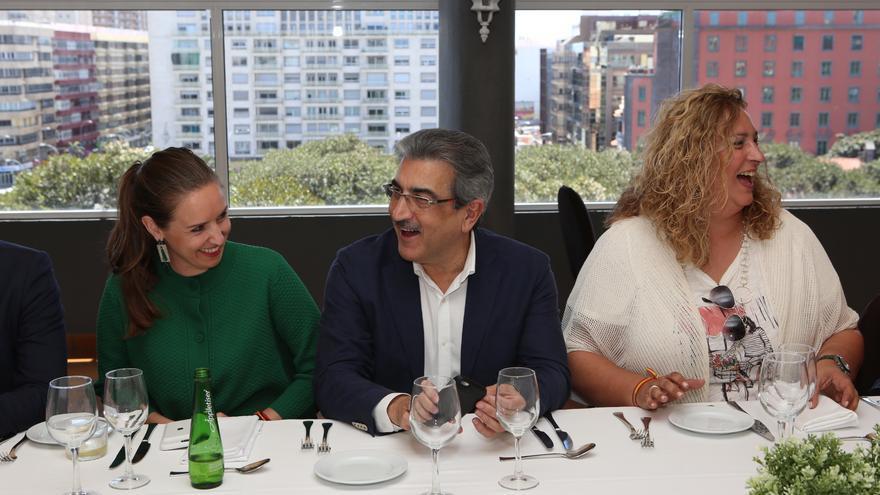 La diputada en el Congreso por Santa Cruz de Tenerife, Melisa Rodríguez, el presidente de Nueva Canarias, Román Rodríguez, y la senadora del PP, Auxiliadora Pérez.