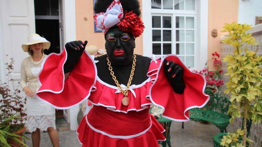 La Negra Tomasa este lunes a la salida de su domicilio. Foto: JOSÉ AYUT.