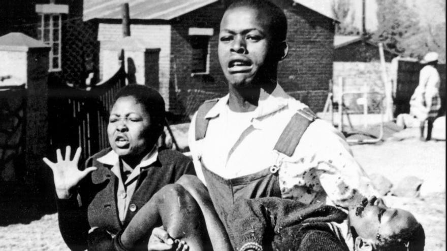 La foto en la que se ve a Mbuyisa Makhubo llevando en brazos a Hector Peterson, de 12 años, que murió ese día.