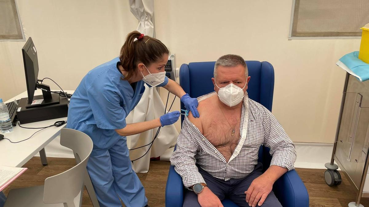 Una enfermera vacuna a un ciudadano en València.