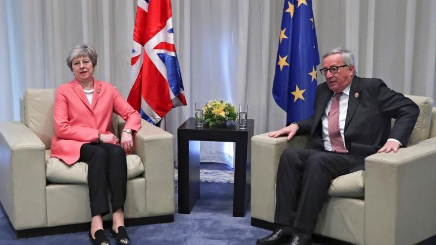 Juncker dice que May también tiene claro que debe traer los deberes hechos