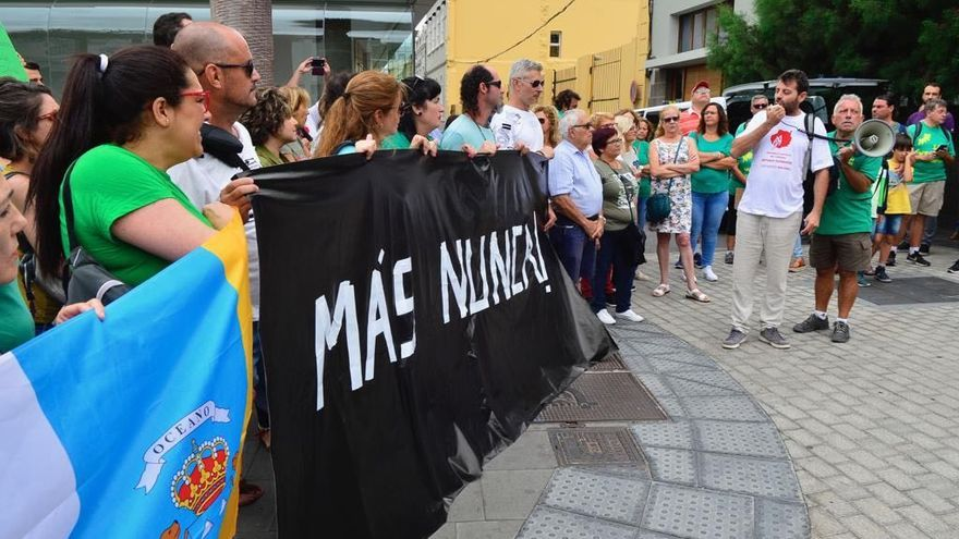 """Decenas de personas se concentran ante el Cabildo de Gran Canaria para que las indemnizaciones por los daños de los incendios """"no lleguen tarde""""."""