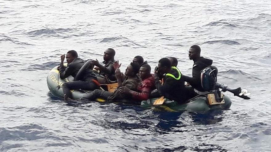 Trasladan a Tarifa a diez personas rescatadas de una patera en el Estrecho