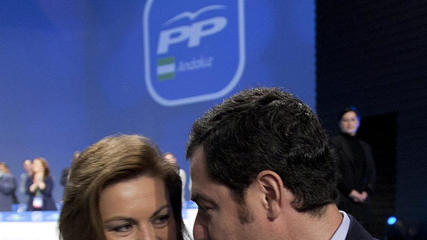 Juan Manuel Moreno conversa con Dolores de Cospedal tras el discurso de ésta.
