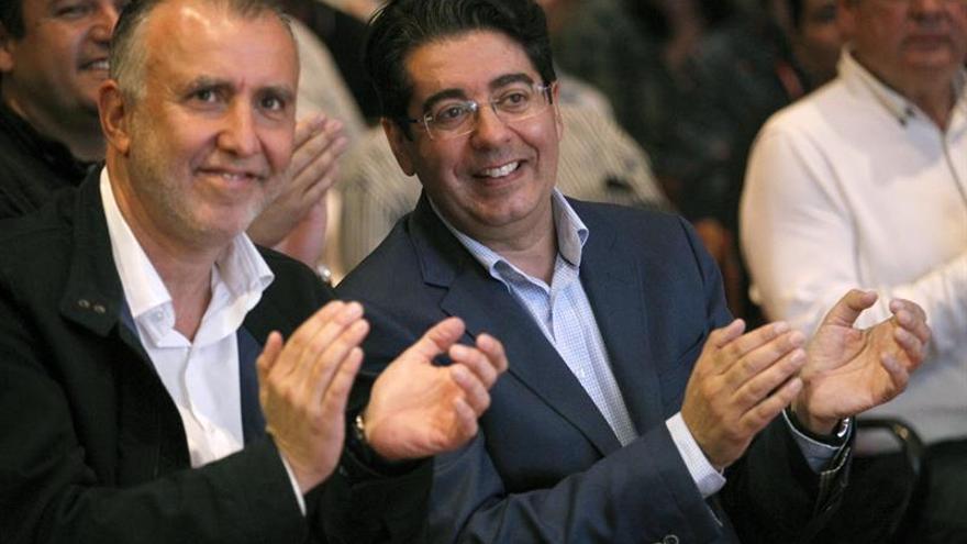 El nuevo secretario general del Psoe de Tenerife, Pedro Martín (d), junto al secretario general de los socialistas canarios, Angel Víctor Torres, durante la clausura del congreso insular.