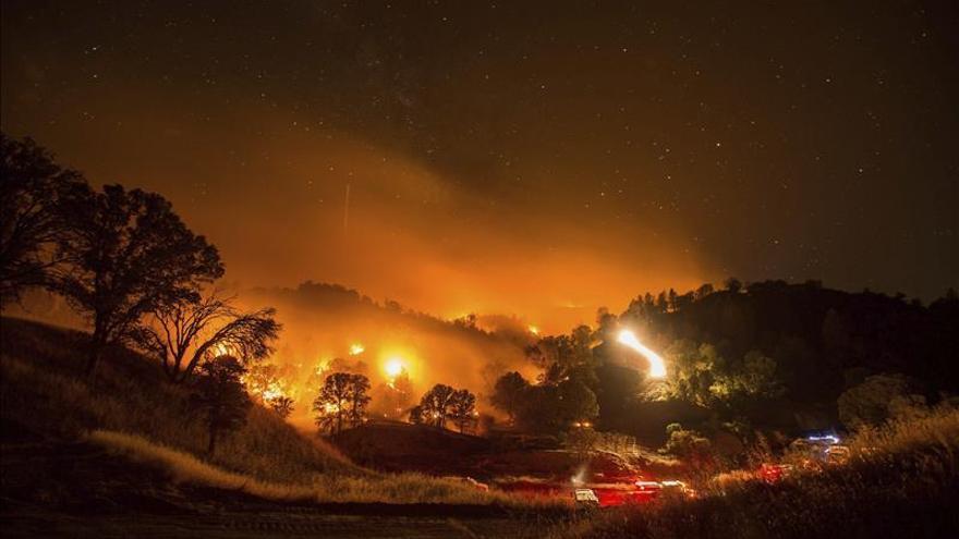 Miles de evacuados por los incendios en el norte de California