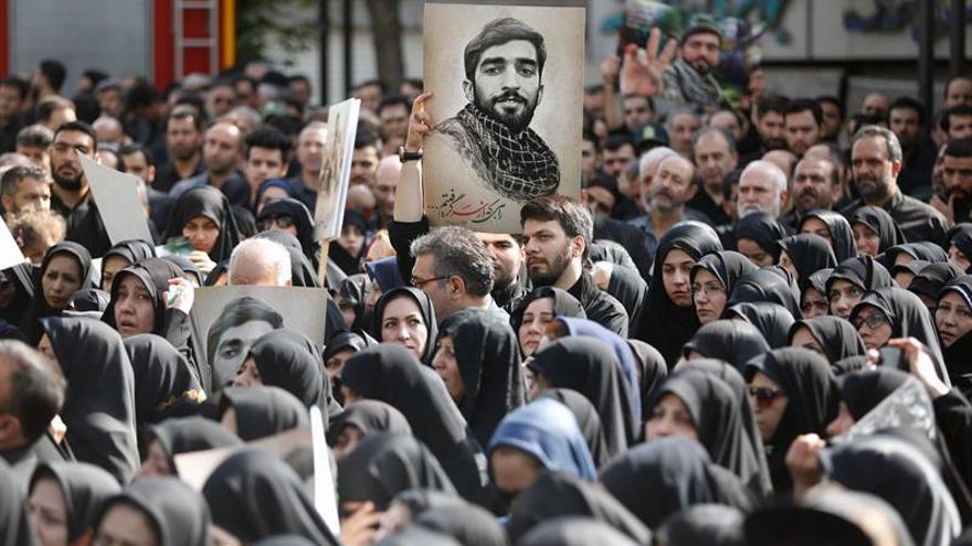 Masivo funeral para honrar al militar iraní decapitado por el EI en Siria