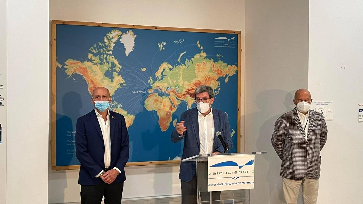 El president del Port de València, Aurelio Martínez, al costat dels responsables de MSC, Gianluca Suprani (esquerra) i Francisco Lorente (dreta).