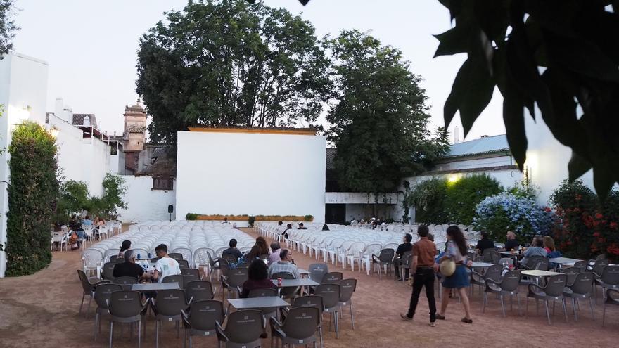 El público va llegando a una sesión en el cine Fuenseca, que data de 1945.