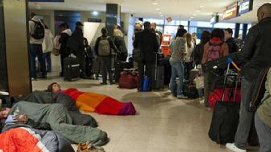Viajeros en un aeropuerto colapsado por la nube volcánica de Islandia