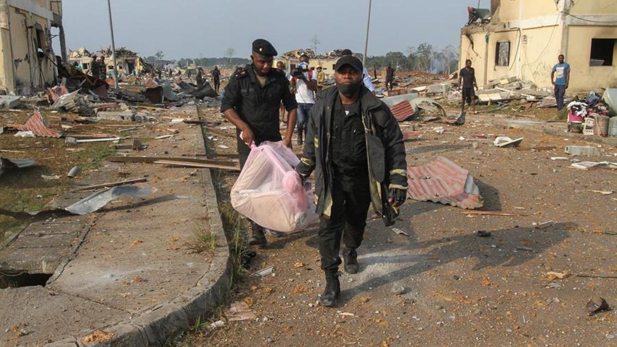 Los servicios de rescate retiran cuerpos sin vida tras una explosión en Bata, Guinea Ecuatorial, el 8 de marzo de 2021.