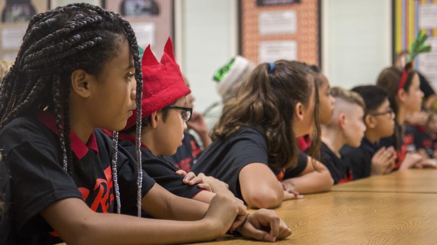 Un grupo de estudiantes en una escuela primaria en Estados Unidos.