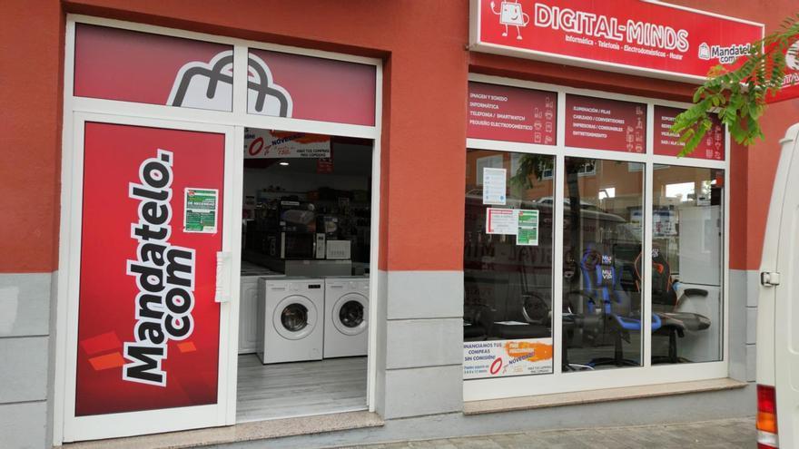 Comercio de Breña Alta abierto este lunes, primer día de la fase 1 de la desescalada.