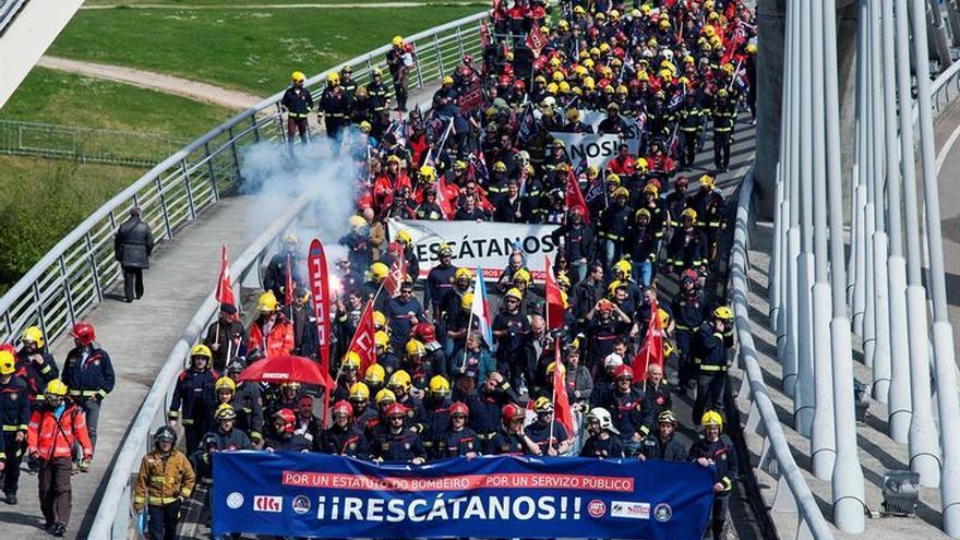 Cientos de bomberos de Galicia salen a la calle para pedir la gestión pública